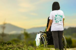 Pflegerin am Rollstuhl