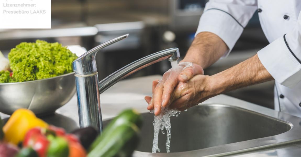 Wie können Restaurantbesitzer Legionellen in der Wasserleitung gründlich bekämpfen? Foto: iStock.com/LightFieldStudios